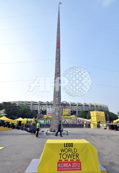 The World's Tallest LEGO Tower: lego_building_korea_10_20120516_1692683129.jpg